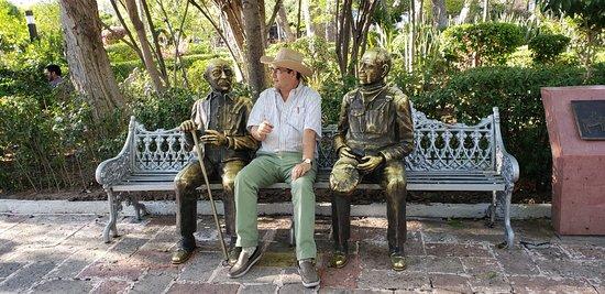 Un par de esculturas de gente mayor