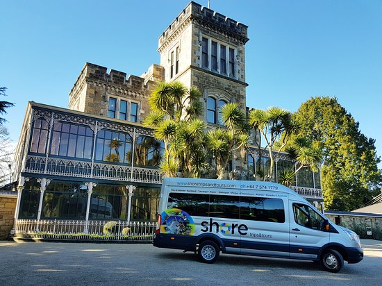 Mount Maunganui, Nieuw-Zeeland: One of our tour vehicles outside Larnach Castle
