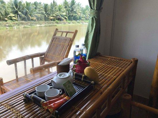 Tra Vinh Lodge: Thé. Bouteille d'eau. Fruit