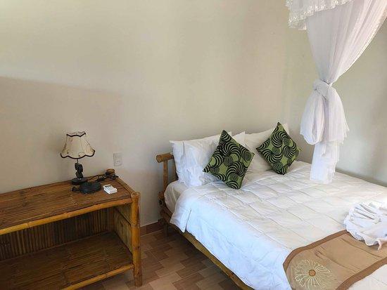 Tra Vinh Lodge: Lit et petite table