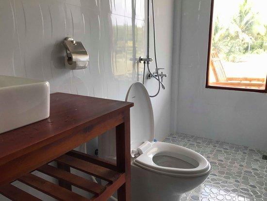Tra Vinh Lodge: Propre et clair, la vitrine a un rideau en bambou