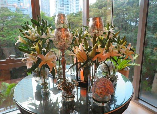 Oriental Residence Bangkok: เมื่อท่าน ขึ้นลิฟต์ มายัง บริเวณชั้นสอง พอท่านเดินออกมาจากลิฟต์ ท่านจะมองเห็น มุมนี้ ครับ เค้า ประดับตกแต่ง ด้วยแจกันดอกไม้สด และ โคมไฟแบบตั้งโต๊ะ สีทองคำขาว ฉลุลวดลาย สวยมากครับ เข้ากันได้อย่างลงตัว ครับ