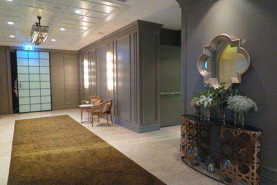 Oriental Residence Bangkok: ถ้าท่านเดินไปฝั่งซ้ายมือจะเป็นมุมนั่งเล่น ครับ