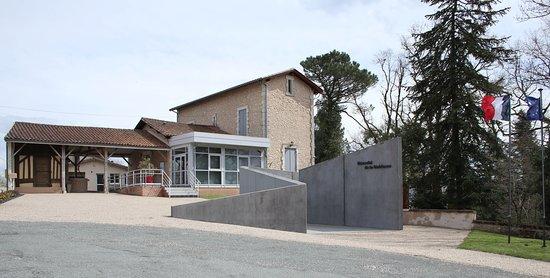 Le mémorial de la Résistance de saint Etienne de Puycorbier depuis le parking.