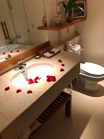 Honeymoon bathroom display