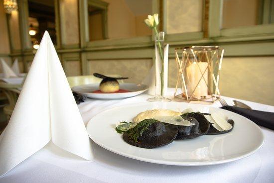 Czarne ravioli z serem bundzem, pianą z obierek ziemniaczanych, czosnkiem niedźwiedzim i parmezanem (Restaurant Week 2019)