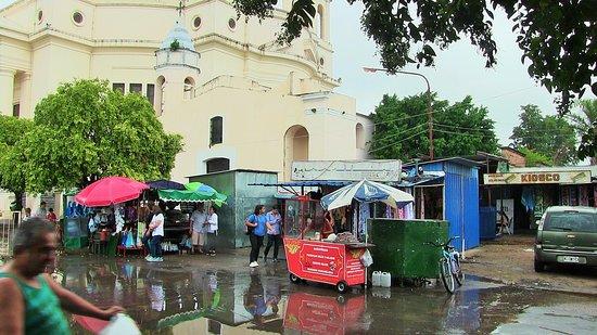 Itati, Argentina: La Basilica con il mercatino
