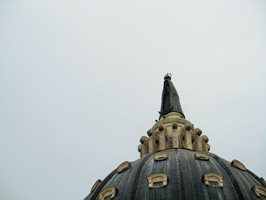 Itati, Argentina: Statua in bronzo della Vergine sulla punta della cupola