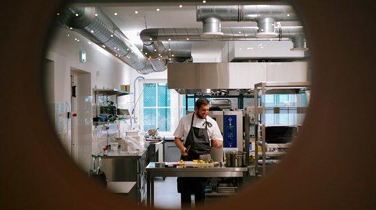 Kaspervik restaurant: Chef Vahur in action :)