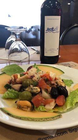 Vino de la casa, acompañado de una sabrosa ensalada con frutos del Mar. JARDI MAR Restaurante