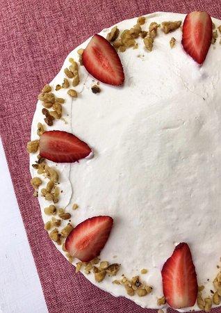 Lyubimaya Konditerskaya: Принимаем торты на заказ. Стоимость зависит от веса тортика - 1300р. за кг. Торты со сложным дизайном и мастикой не делаем.