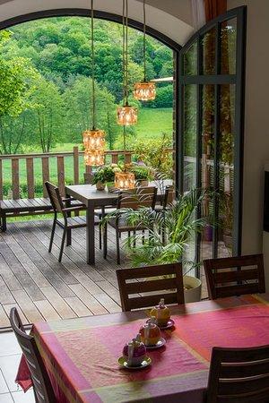 Jupilles, Francie: La grande salle avec en fond la terrasse où se prennent les petits déjeuners face à la vallée quand le temps est au beau fixe! En face de la forêt de Bercé (forêt d'exception de France)