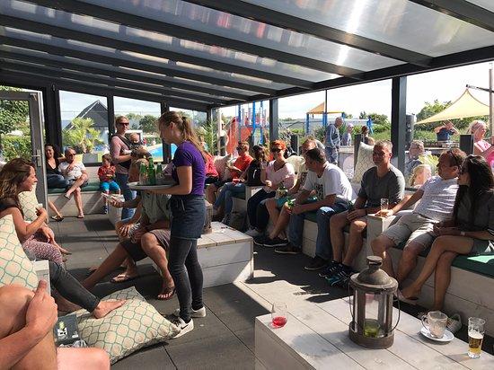 Het lounge terras bij de speeltuinen