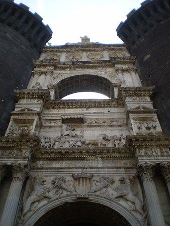 """Castel Nuovo - Maschio Angioino: el hermoso """"arco de triunfo"""" de mármol blanco que sirve de entrada"""