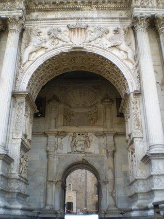 Castel Nuovo - Maschio Angioino: detalle de la entrada del castillo