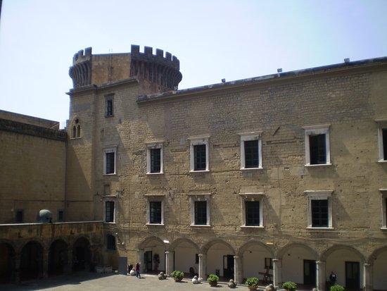 Castel Nuovo - Maschio Angioino: vista del castillo desde el interior