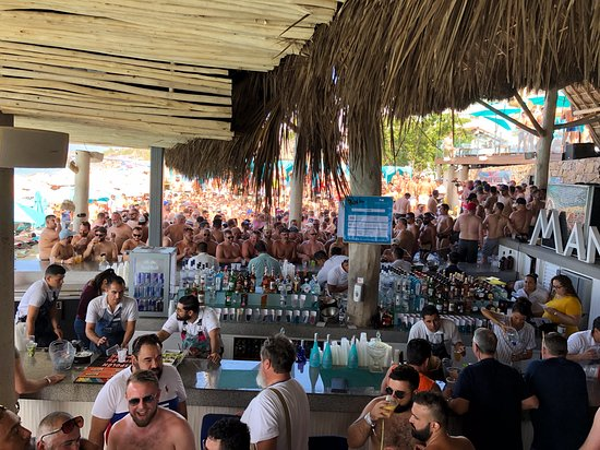 Mantamar Beach Club Bar & Sushi: crowds during Beef Dip