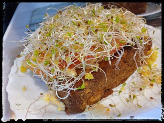 Cafe com Graca: Torrada com queijo vegano e brotos