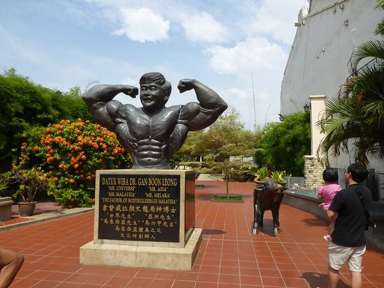 Malacca - Monumento al padre dei body builders in Malesia.