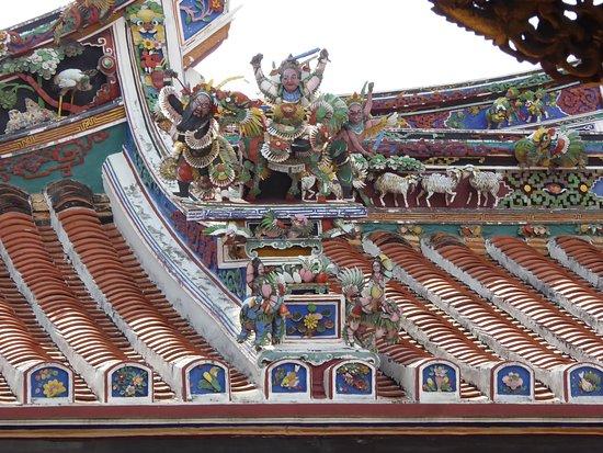 Malacca -  Le decorazioni sul tetto del tempio Cheng Hoon Teng, il più antico tempio cinese di tutta la Malesia. Melaka - The decorations on the roof of Cheng Hoon Teng temple, the oldest Chinese temple in all Malaysia.