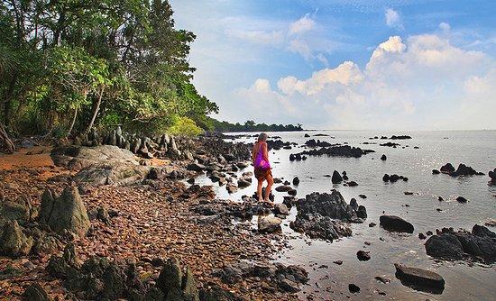 Le tour de l'île, belle variété de paysages et rochers…