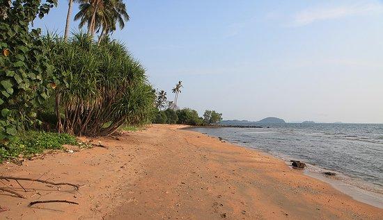 Une grande plage donnant sur le soleil levant et la côte du Vietnam…