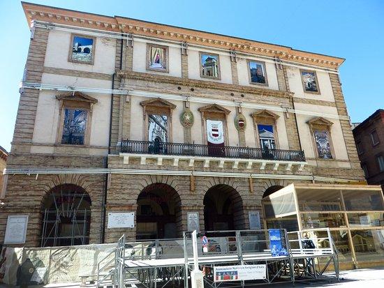 Tolentino, Italia: La facciata del palazzo comunale