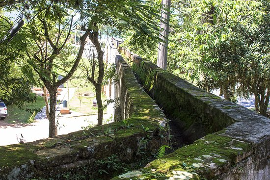 Biguacu: Canaleta por onde corria a água.