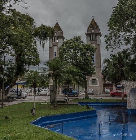 Biguacu: A igreja integrada na praça.