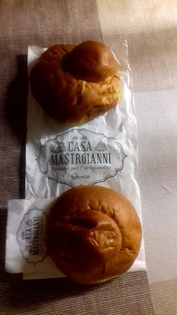 Casa Mastroianni: Brioche acquistata in aeroporto e degustata la sera con panna!fantastica