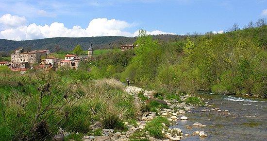 Marnhagues-et-Latour, Francia: Le Château et le village vue de la rivière.