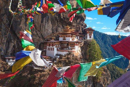 Bhutan: Amanecemos al borde del abismo, admirando uno de los parajes más impresionantes del planeta: el monasterio Taktsang, uno de los complejos budistas más bellos y sagrados de Asia ❤️ #EscapeTraveler http://owl.li/wBvV30ooxIc