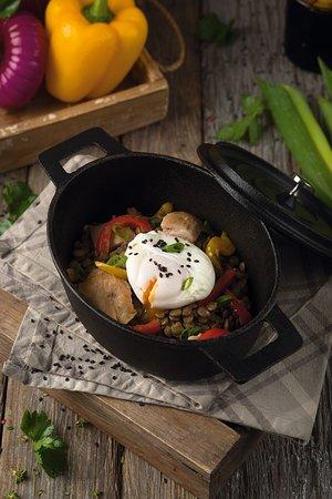Чечевица с копченым цыпленком и яйцом пашот - 395 р. 400 гр.