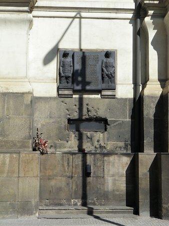 St. Cyril dan Katedral St. Methodius: L'apertura nel muro della Cattedrale da cui i nazisti tentarono in tutti i modi, compresa l'acqua, di piegare la resistenza dei giovani attentatori.