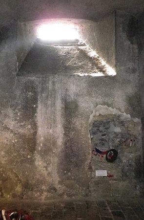St. Cyril dan Katedral St. Methodius: L'apertura nel muro vista dall'interno della cripta.