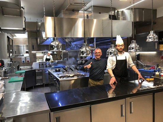 Tenimmoce Accussì - da Gennaro: Cucina a vista gigantesca Gennaro cuoco in sala