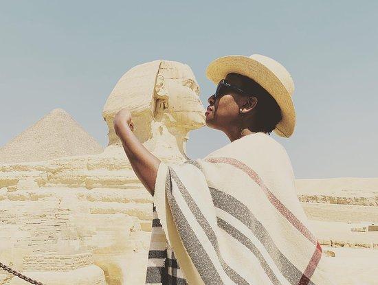 Excursão diurna para as pirâmides de Gizé, com passeio de camelo, almoço, Museu Egípcio e khan El Khalili : Kissing the Sphinx