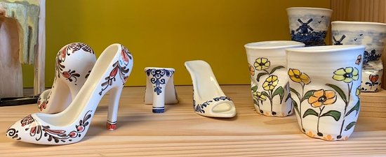 Gouda, Países Bajos: Local artist Trudy Otterspeer decorated these wonderful shoes and crumpled cups.