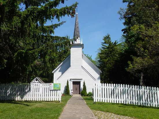 Ohsweken, Canadá: Mohawk Chapel was built in 1785, Her Majesty's Royal Chapel of the Mohawks is the oldest surviving church in Ontario featuring eight stained glass windows that tell the history of the Six Nations and the Chapel