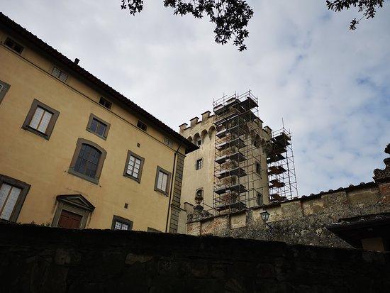 San Donato in Collina, Italia: Il primo documento che attesta l'esistenza di un insediamento di Torre a Cona risale al 1066 d.C. Non ancora strutturata come oggi, era conosciuta come Castello di Quona. Raso al suolo, con la sola eccezione della grande torre del XII secolo, fu ricostruito tra il il XII secolo e il 1750.