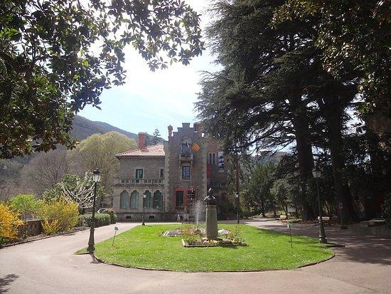 Pyrénées-Orientales, France : Élégant, paisible, planté de séquoias, de magnolias et de cèdres, de sophoras, de thuyas, d'ifs et de micocouliers, le parc de la mairie est un élément important du patrimoine de la commune.