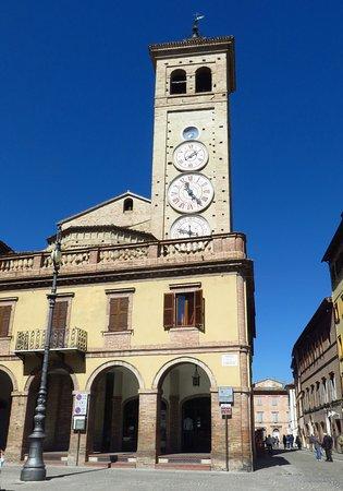 Tolentino, Italia: Si intravede l'abside della chiesa e soprattutto il campanile (o torre degli orologi)