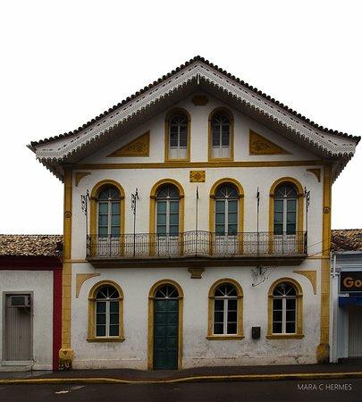 Biguacu: Vista frontal do prédio e seus belos rendados no telhado.