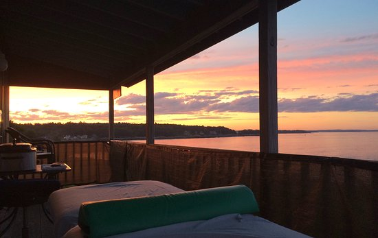 Peaks Island, เมน: Imagine having a massage outdoors over looking the ocean at sunset.