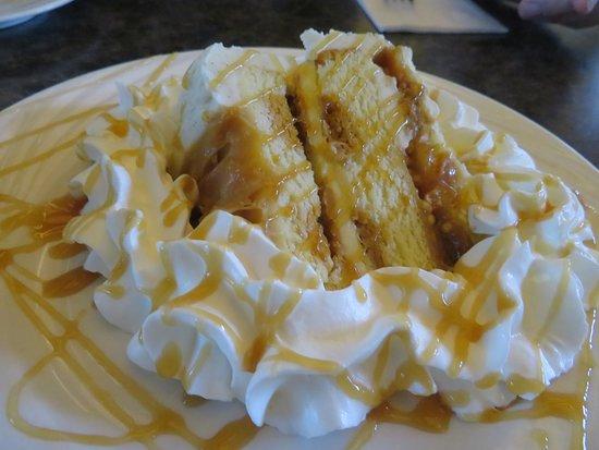 Moosic, Pensylwania: Caramel Crunch Cake with whipped cream