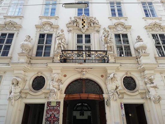 un palazzo con facciata finemente decorata