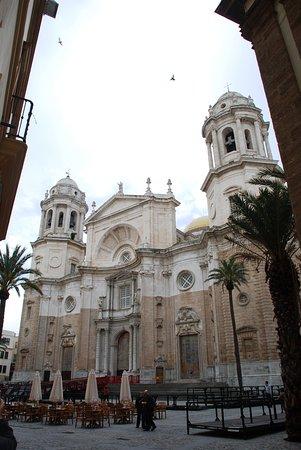Provincia de Cádiz, España: Se abren a plazas maravillosas, con fantásticas iglesias y catedrales, y un blancor blanquísimo que caracteriza los pueblos andaluces. Cádiz, 2011