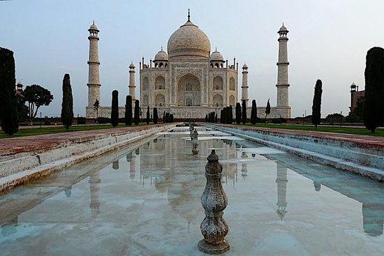 乘火车从德里出发前往阿格拉和泰姬陵一日游