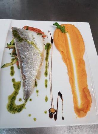 Marine de Saint Ambroggio, Francja: Filet de daurade ,cuisson basse température farci au brocciu et fenouil.