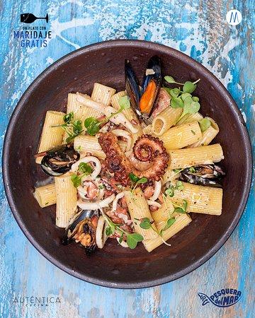 Menú De Pascua  Rigatoni en salsa alfredo con calamares, camarones, mejillones negros y pulpo.